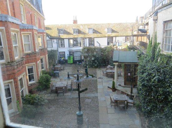 Rutland Arms Hotel: Overlooking the courtyard.