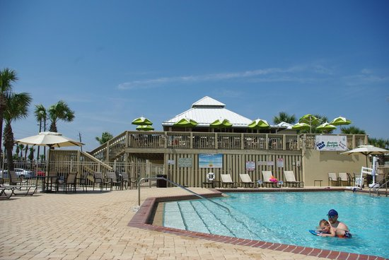 Four Points by Sheraton Destin- Ft Walton Beach: Kiwi's where we had lunch and used the pool.