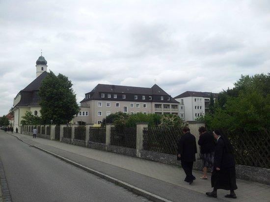 Missionshaus hl Kreuz: Missionshaus mir Klosterkirche