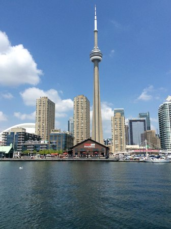 Radisson Admiral Toronto Harbourfront : Hotel from the lake