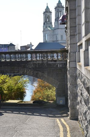 Radisson Blu Hotel, Athlone: The walk by the river
