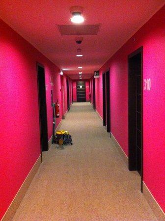 B&B Hotel Milano Monza: Corridoio fucsia ........