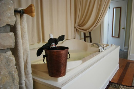 McKenna's Inn Bed and Breakfast: Honeymoon Suite jacuzzi