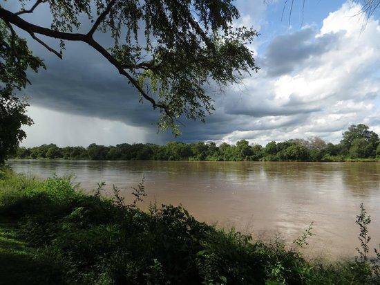 Croc Valley Camp: Vue du restaurant sur la rivière
