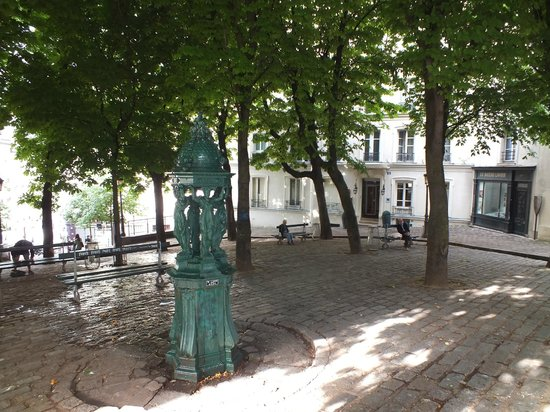 Timhotel Montmartre : The charming square outside the hotel