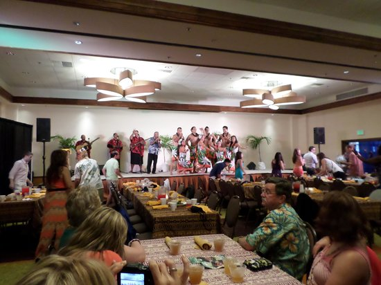 Island Breeze Luau at the King Kamehameha Hotel: Indoor show due to weather