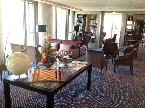 Waldorf Astoria Berlin: Librairie Bar on 15th floor