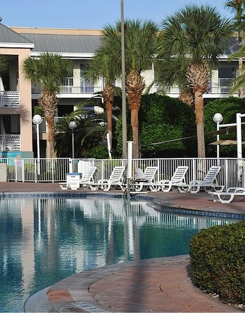 Clarion Suites Maingate: Pool Area