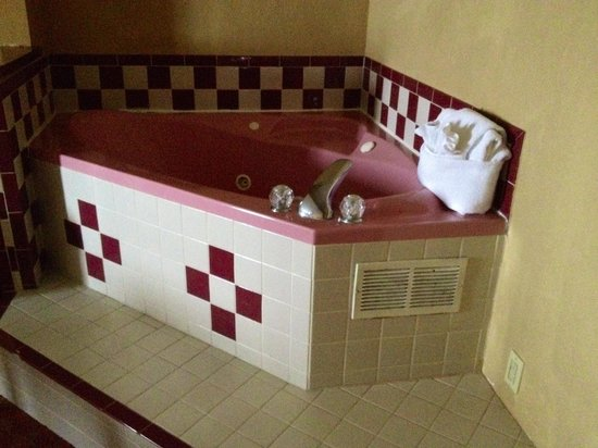 Comfort Suites Airport: Jacuzzi tub, retro