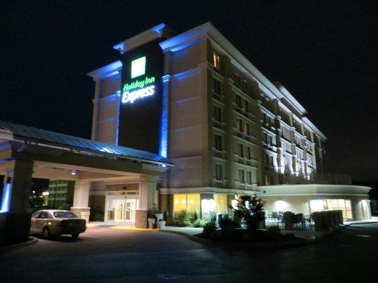 Holiday Inn Express Hampton Coliseum Central : Hotel bei Nacht