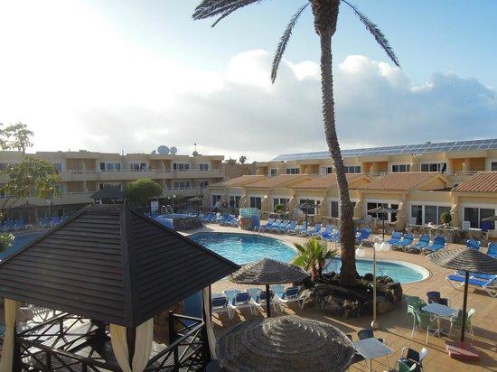 Hotel Arena: La piscine de jour avec les chambres