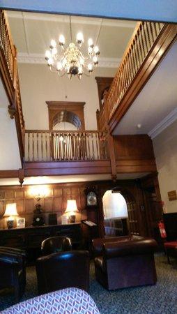 Monk Fryston Hall Hotel : Lounge area