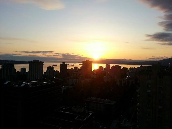 Century Plaza Hotel & Spa: Sunset view of Vancouver from the hotel room.