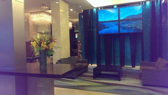 Century Plaza Hotel & Spa: Front reception waiting area, free WiFi on every level of the hotel rooms.