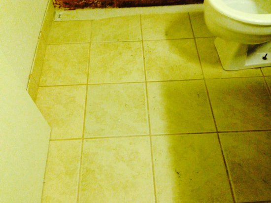 Rodeway Inn: bathroom floor dirty