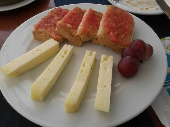 Sa Taverna d' es Port: Menorcan cheese & Tomato bread -definately a different dessert