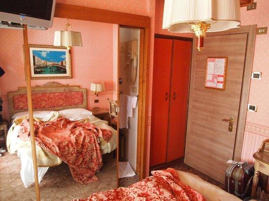 Hotel Venezia: стекляный шкаф с секретом
