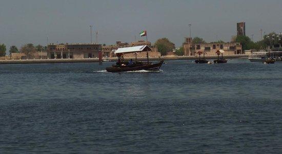 Dubai Creek : Embarcaciones de RTA cruzando el Creek