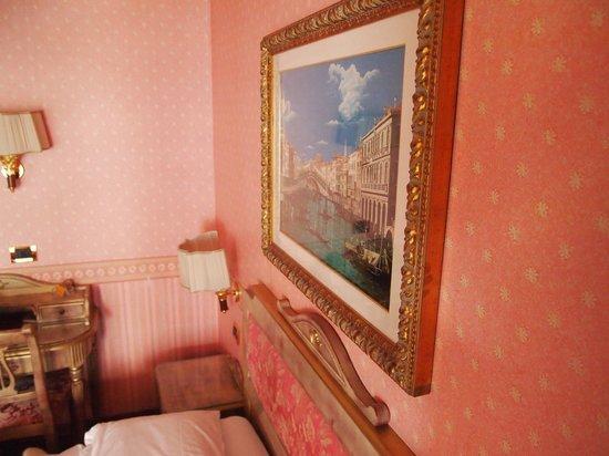 Hotel Venezia: картины в номере