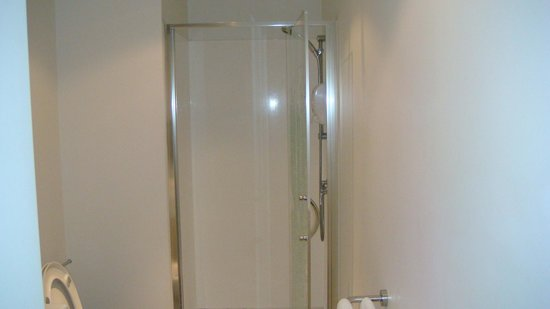 Waldorf Stadium Apartments Hotel : Small shower area