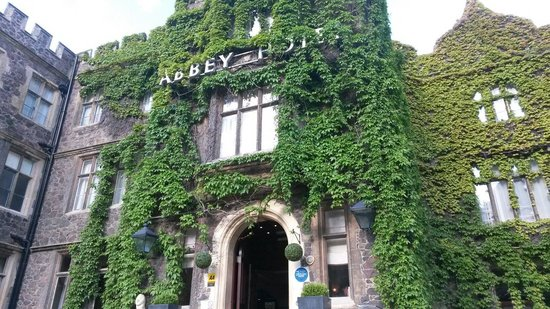 The Abbey Hotel: Beautiful entrance!