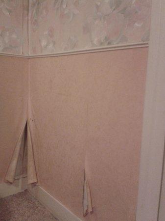 Hotel Le Chapitre : tapisserie décollée dans la chambre