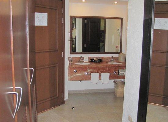 Hotel Marina El Cid Spa & Beach Resort: Bathroom, Room 1734, Building 17