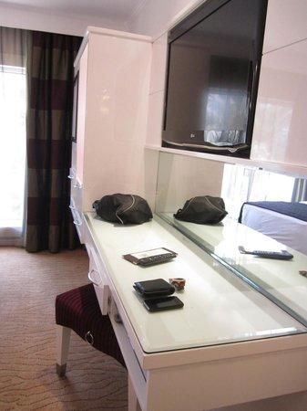 Le Meridien Dubai Hotel & Conference Centre : vanity table