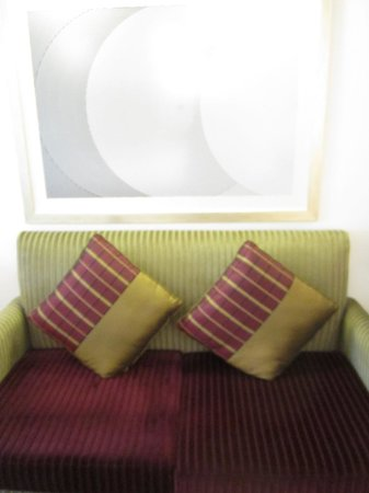 Le Meridien Dubai Hotel & Conference Centre : couch in our room