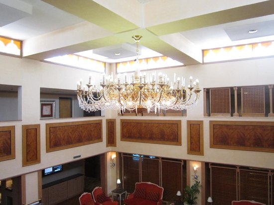 Le Meridien Dubai Hotel & Conference Centre : chandelier near our room