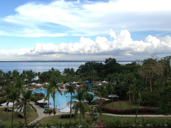 Shangri-La's Mactan Resort & Spa: Pool area and sea view from 6th Flr balcony