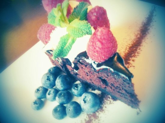 Cafe Roya: Warm chocolate cake!