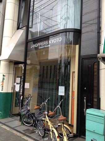 ジェイホッパーズ京都ゲストハウス, 外観は、細長いビルです。