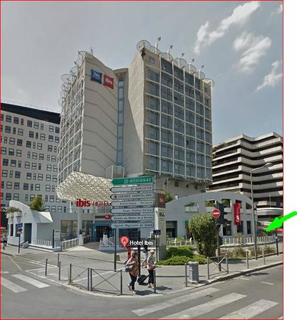 Ibis Bordeaux Centre Meriadeck : From Google maps - Parking is down a ramp off the main street (green arrow)