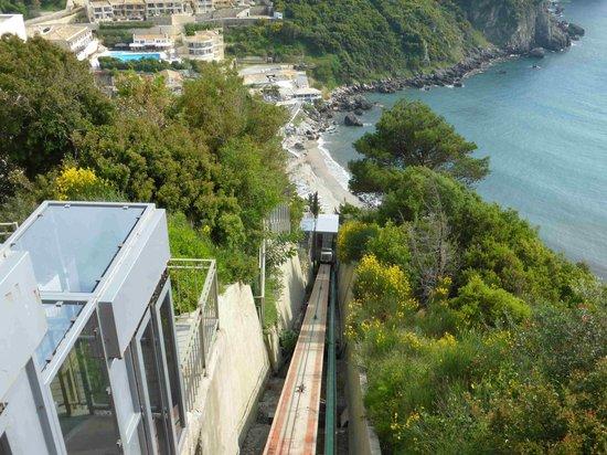SENSIMAR Grand Mediterraneo Resort & Spa by Atlantica: The fenuncular ride to the beach