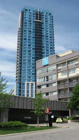 Toronto Don Valley Hotel & Suites: Look for this tall blue building to find your way back