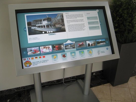 Toronto Don Valley Hotel & Suites: Touch kiosk in the lobby for local information