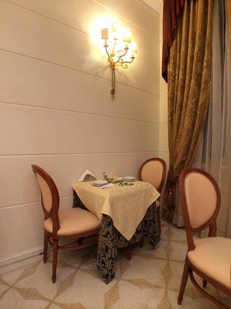 Hotel Opera Roma: 조식 식당은 아담한편