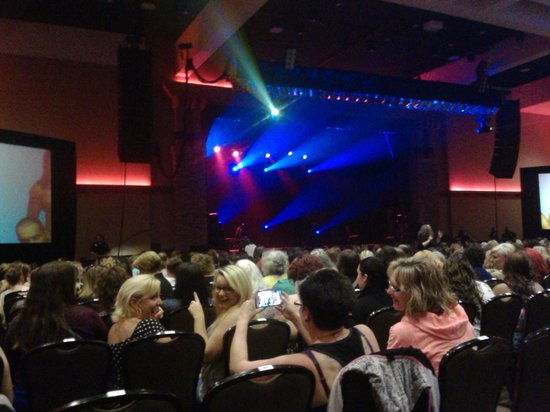 Spirit Mountain Casino Lodge: If everyone sits and you stand up, you can see the stage. lol