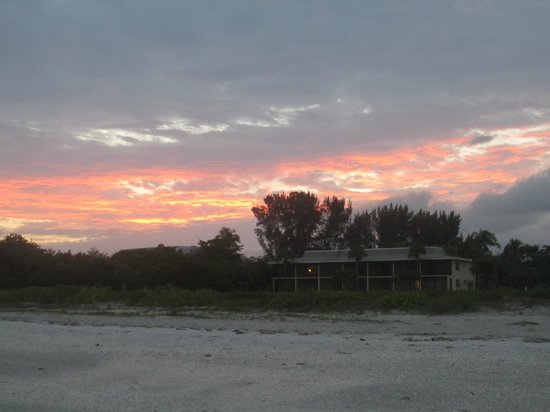 Sanibel Inn : Gorgeous sunset behind the hotel