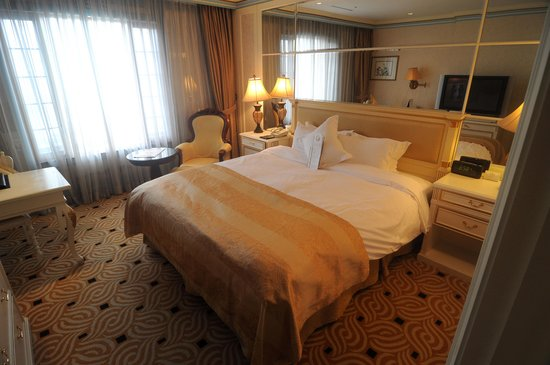 Imperial Palace Seoul: My bed for 5 nights