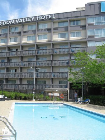 Toronto Don Valley Hotel & Suites : Outdoor pool outside of lobby