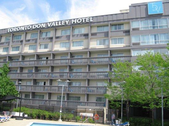 Toronto Don Valley Hotel & Suites : Hotel South elevation facing Eglington Rd. exit