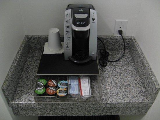Toronto Don Valley Hotel & Suites : Keurig coffee in room