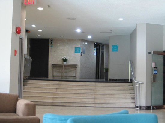 Toronto Don Valley Hotel & Suites : Stairs from lobby to elevators (chair-lift at left)