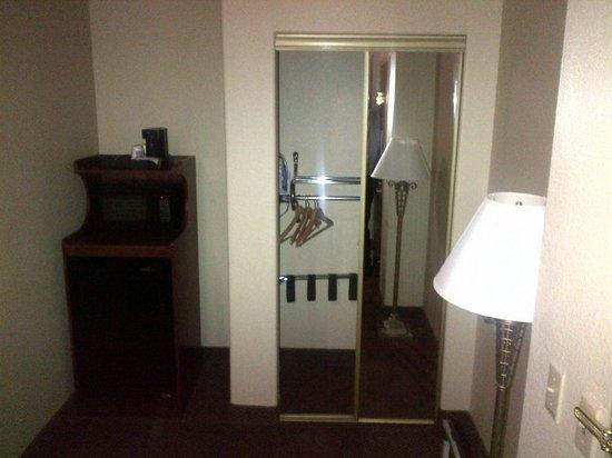 Sleep Inn and Suites: Closet