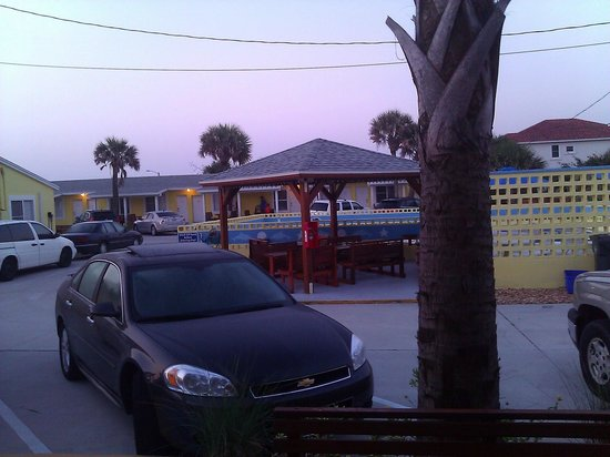 Flagler Beach Motel: Nice common area to make new friends!