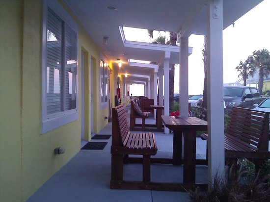 Flagler Beach Motel: Great sitting area outside the rooms!