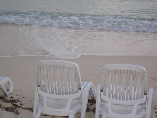 Comfort Suites Seven Mile Beach: The beautiful Caribbean Sea.....crystal clear