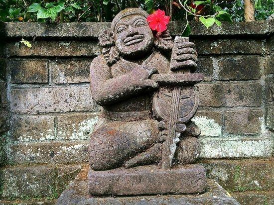 Ananda Cottages: lovely statues ...plenty of them